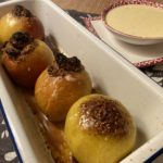 Kinder, kommt und ratet, was im Ofen bratet! - Äpfel, Bratäpfel, Essen, Füllung, Süßspeisen, Vanillesauce - (Niederleis, Niederösterreich, Österreich)