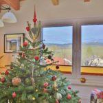 Weihnachten mit dem besten Blick auf den Buschberg. - Baum, Christbaum, Christbaumschmuck, Nordmann-Tanne, Tannen, Weihnachten, Wohnzimmer - (Niederleis, Niederösterreich, Österreich)