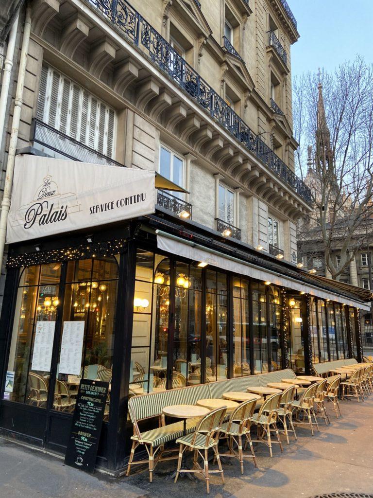 Pariser Versuchung - Café, Gastgarten, Gastronomie, Gaststätte, Kaffeehaus, Kaffeehauskultur, Kaffeehaustradition, Paris, Schanigarten, Stühle, Tische - (Paris 11 Ancien - Quartier Palais-de-Justice, Paris, Île-de-France, Frankreich)