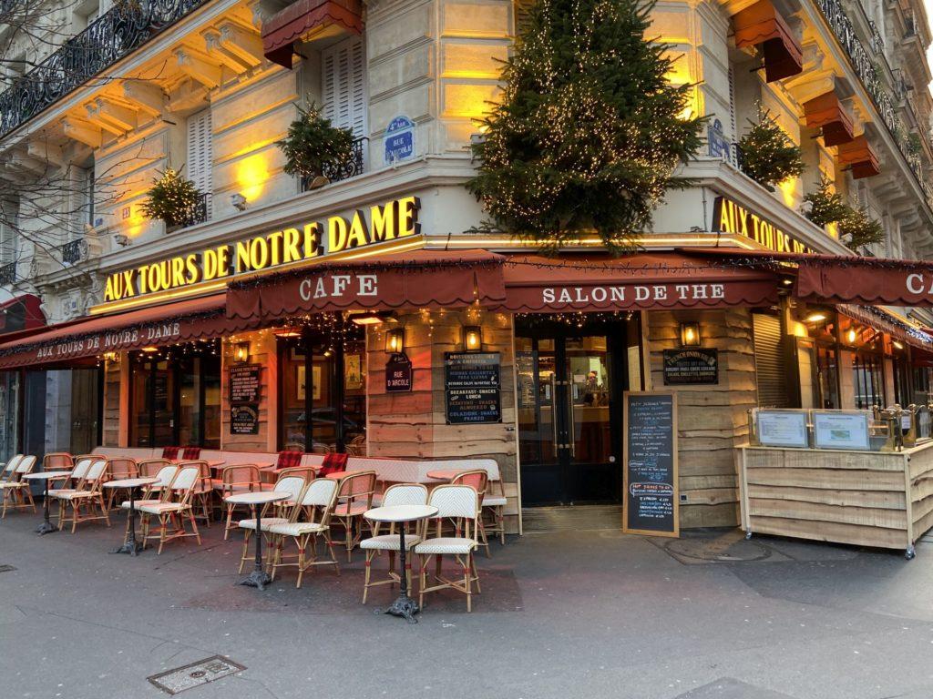 Pariser Kaffeehauskultur ist überall - Café, Gastgarten, Gastronomie, Gaststätte, Kaffeehaus, Kaffeehauskultur, Kaffeehaustradition, Paris, Schanigarten, Stühle, Tische - (Paris 09 Ancien - Quartier Cité, Paris, Île-de-France, Frankreich)