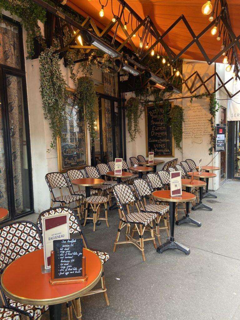 Die Plätze an der Sonne werden bald vergeben sein - Café, Gastgarten, Gastronomie, Gaststätte, Kaffeehaus, Kaffeehauskultur, Kaffeehaustradition, Paris, Schanigarten, Stühle, Tische - (Palais-Royal, Paris 02, Île-de-France, Frankreich)