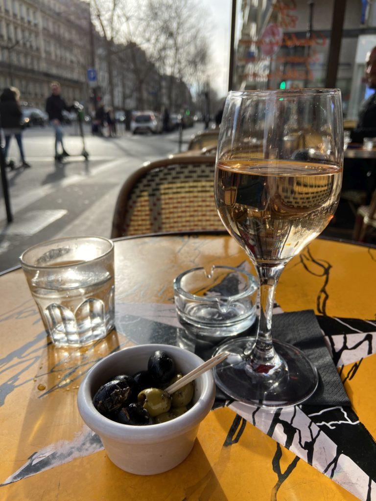 A Glas Rosé mei is des schee! - Essen, Gefäß, Glas, Oliven, Paris, Schale, Tisch, Trinken, Wein - (Paris 01 Ancien - Quartier Champs-Élysées, Paris 16, Île-de-France, Frankreich)