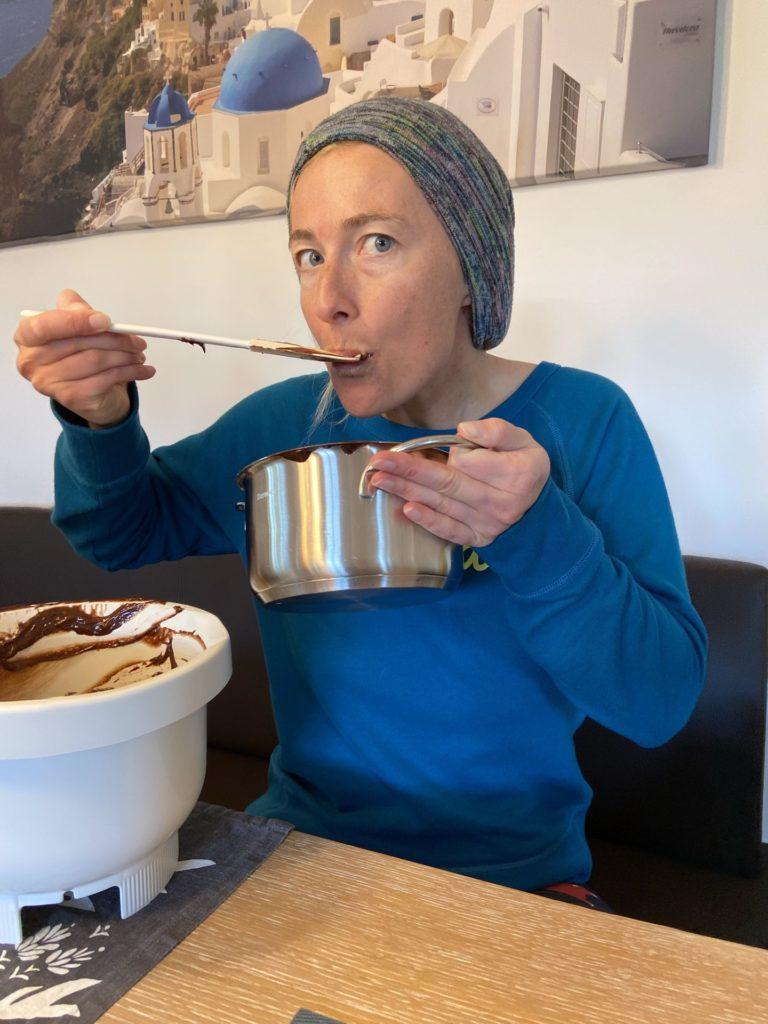 Schokolade macht nicht dick, sondern zieht nur die Falten glatt. - Backen, Brownie, Dessert, gebacken, Hausgemacht, Kuchen, Lebensmittel, Personen, Schoko-Cashew Brownies, Schoko-Nuss-Brownies, Schokolade, Schokoladekuchen, süß, Süßigkeiten, Süßspeisen, Süßwaren - HOFBAUER-HOFMANN Sofia - (Niederleis, Niederösterreich, Österreich)