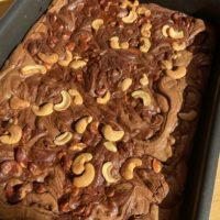 Wo Kuchen ist, ist auch Hoffnung. - Backblech, Backen, Backform, Backofenform, Brownie, Cashews, Dessert, Essen, gebacken, Hausgemacht, Kalorienbombe, Kuchen, Lebensmittel, Nachspeise, Nüsse, Schoko-Cashew Brownies, Schoko-Nuss-Brownies, Schokolade, Schokoladekuchen, süß, Süßigkeiten, Süßspeisen, Süßwaren - (Niederleis, Niederösterreich, Österreich)
