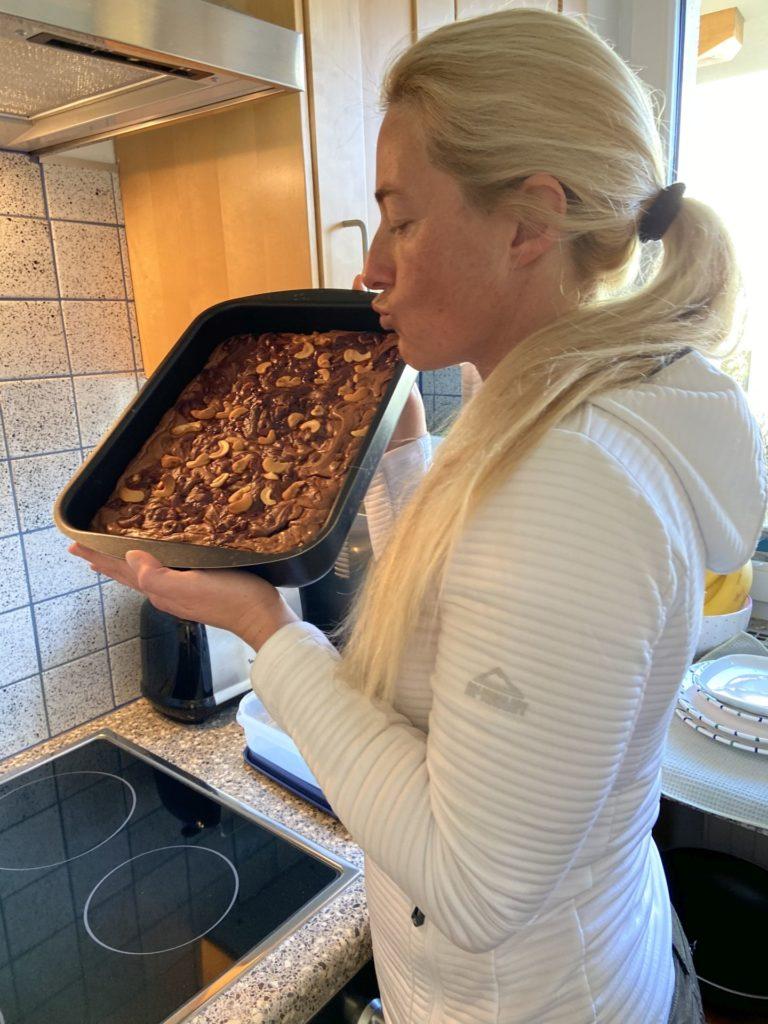 Kuchen hat nur wenig Vitamine, deshalb muss man viel davon essen! - Backblech, Backen, Backform, Backofenform, Brownie, Cashews, Dessert, Essen, gebacken, Hausgemacht, Kalorienbombe, Kuchen, Lebensmittel, Nachspeise, Nüsse, Personen, Schoko-Cashew Brownies, Schoko-Nuss-Brownies, Schokolade, Schokoladekuchen, süß, Süßigkeiten, Süßspeisen, Süßwaren - HOFBAUER-HOFMANN Sofia - (Niederleis, Niederösterreich, Österreich)