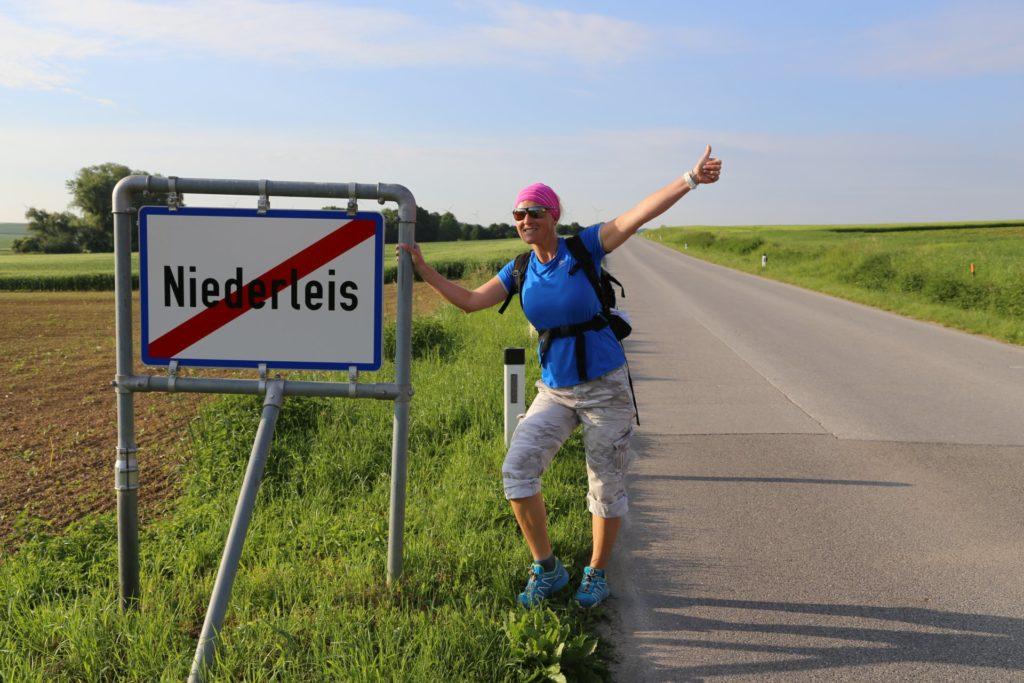 Ich bin dann mal weg! - Jakobsweg - Niederleis, Ortsschild, Ortstafel, Schild, Strasse, Tafel - HOFBAUER-HOFMANN Sofia - (Niederleis, Niederösterreich, Österreich)