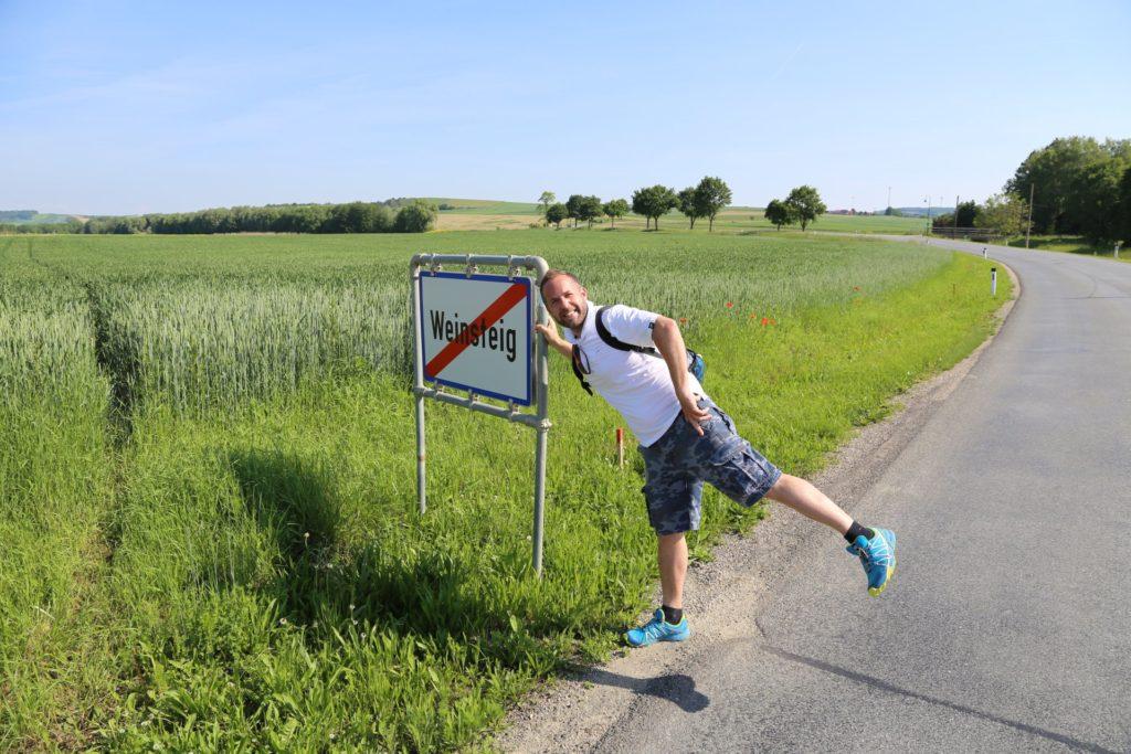Weinsteig-t zu Kopf - Ortsschild, Ortstafel, Schild, Tafel, Weinsteig - WEISSINGER Andreas - (Weinsteig, Niederösterreich, Österreich)