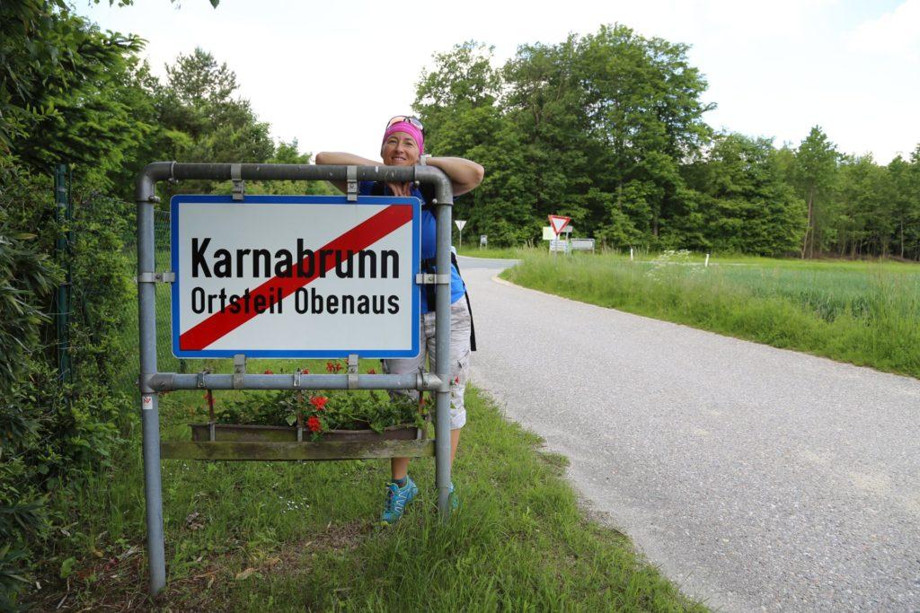Nur wo du zu Fuß warst, bist du auch wirklich gewesen. - Karnabrunn, Ortsschild, Ortstafel, Schild, Strasse, Tafel - HOFBAUER-HOFMANN Sofia - (Karnabrunn, Niederösterreich, Österreich)