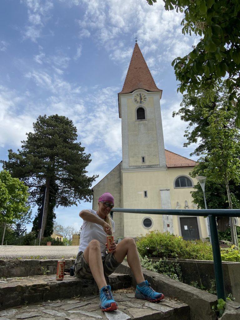 Hoffe Gott drückt ein Auge zu ;-) - Baum, Gebäude, Glockenturm, Kirche, Kirchturm, Pfarrkirche, Pfarrkirche Fels am Wagram, Turm - HOFBAUER-HOFMANN Sofia - (Fels am Wagram, Niederösterreich, Österreich)