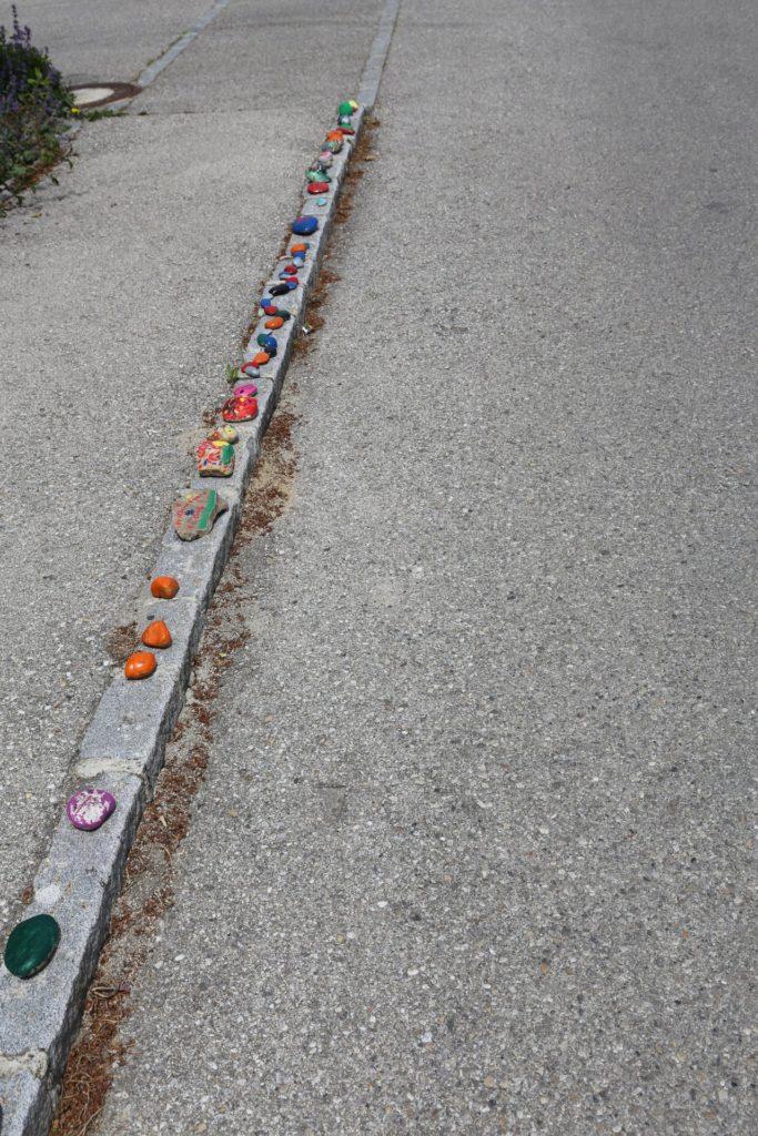 Stein oder nicht Stein? - bunte Steine, Bürgersteig, Randstein, Steine, Steinschlange, Stoaroas, Weg, Wegrand - (Fels am Wagram, Niederösterreich, Österreich)