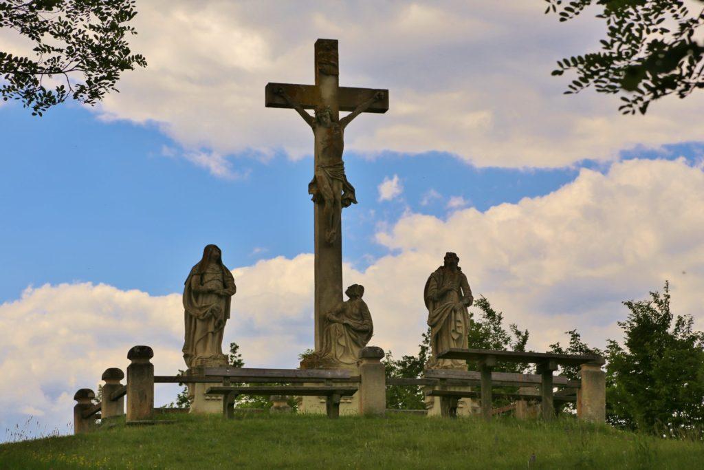 Der Weg zum Himmel ist kein einfacher - Figuren, Himmel, Jesus stirbt am Kreuz, Kalvarienberg, Kamptal, Kreuzigungsgruppe, Kreuzweg, Sandstein, Wolken - (Stiefern, Niederösterreich, Österreich)