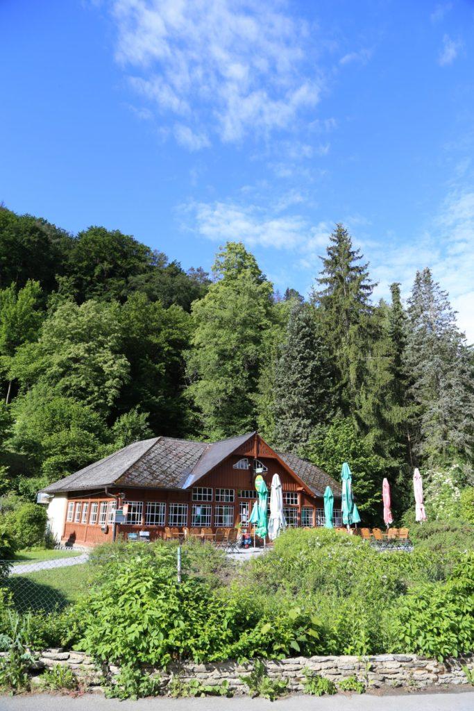 Gasthof zur Thayabrücke freut sich auf deine Wanderpause - Bäume, Gasthauses Thayabrücke, Gebäude, Himmel, Holzsalettl, Nationalpark Thayatal, Natur, Thayatal, Wälder, Wirtshaus, Wolken - (Hardegg, Niederösterreich, Österreich)