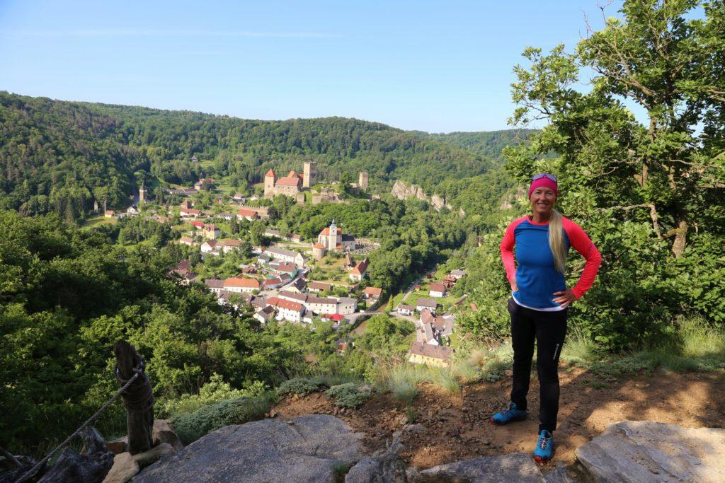 Die kleinste Stadt Österreichs liegt mir zu Füßen - Bäume, Burg, Burg Hardegg, Gebäude, Himmel, Höhenburg, Landschaft, Nationalpark Thayatal, Personen, Reginafelsen, Thayatal, Wälder - HOFBAUER-HOFMANN Sofia - (, , )