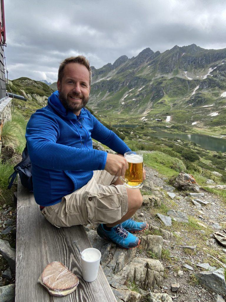 Dieses Bier schmeckt besonders hier - Berge, Bergseen, Gebirge, Giglach Höhenweg, Giglachseen, Himmel, Ignaz-Mattis-Hütte, Niedere Tauern, Person, Personen, Schladminger Tauern, See, Seen, Wandern, Wasser, Wolken - WEISSINGER Andreas - (Postlehen, Obertauern, Salzburg, Österreich)