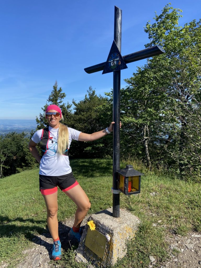 Gipfelsiegerin - Gipfelkreuz, Kreuz, Muckenkogel, Natur, Personen, Sport, Trailrun - HOFBAUER-HOFMANN Sofia - (Freiland, Niederösterreich, Österreich)