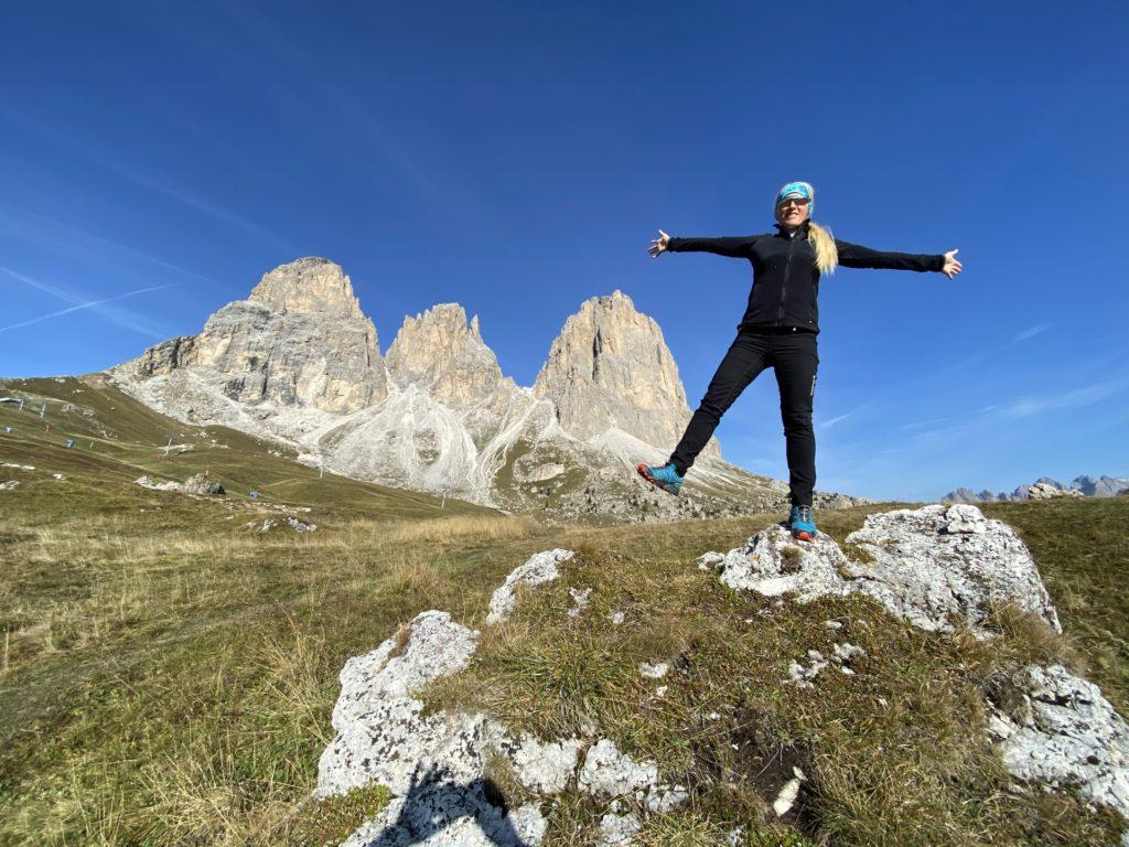 Hier möchte ich einfach die Welt umarmen - Ausblick, Aussicht, Berge, Dolomiti, Felsnadel, Forcella del Sassolungo, Gebirge, Grödner Dolomiten, Himmel, Landschaft, Langkofel, Langkofelgruppe, Langkofelrunde, Langkofelscharte, Natur, Panorama, Passo Sella, Personen, Sellajoch, Südtirol, Tal, Wolken - HOFBAUER-HOFMANN Sofia - (Fossel, Campitello Di Fassa, Trentino-Alto Adige, Italien)