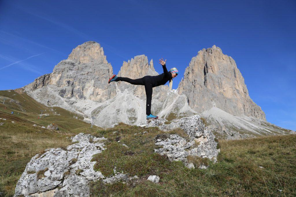 In den Bergen bin ich in Balance - Ausblick, Aussicht, Berge, Dolomiti, Felsnadel, Forcella del Sassolungo, Gebirge, Grödner Dolomiten, Landschaft, Langkofel, Langkofelgruppe, Langkofelrunde, Langkofelscharte, Natur, Panorama, Passo Sella, Personen, Sellajoch, Südtirol, Tal - HOFBAUER-HOFMANN Sofia - (Fossel, Campitello Di Fassa, Trentino-Alto Adige, Italien)