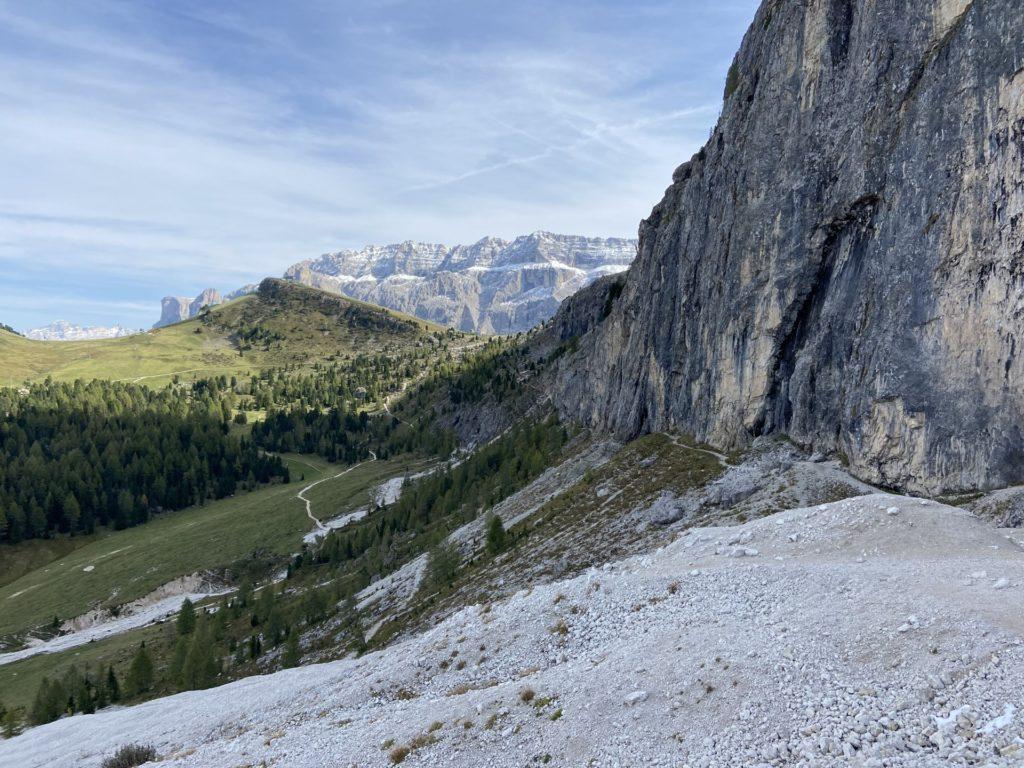 Wandernd gehts immer der Wand entlang .. - Berge, Dolomiti, Felsen, Felswand, Gebirge, Grödner Dolomiten, Himmel, Landschaft, Langkofel, Langkofelgruppe, Langkofelrunde, Langkofelscharte, Natur, Passo Sella, Sellajoch, Südtirol, Tal, Weg, Wolken - (La Selva, Selva, Trentino-Alto Adige, Italien)