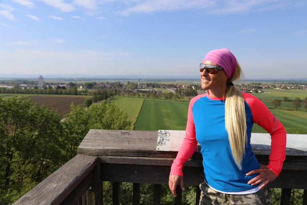 50 Kilometer Wandern bringt uns nur nach Krems und nicht nach Flandern - Acker, Ackerbau, Ackerland, Aussicht, Aussichtsplattform, Aussichtsplattform Absdorf, Aussichtspunkt, Aussichtsturm, Aussichtswarte, BOF2020, Felder, Himmel, Jakobsweg Weinviertel, Landschaft, Martinusweg, Niederösterreich, Ortschaft, Panorama, Personen, Tullnerfelder Rundwanderweg, Tulnerfeld, Weinviertel, Wolken - HOFBAUER-HOFMANN Sofia - (Absdorf, Hippersdorf, Niederösterreich, Österreich)