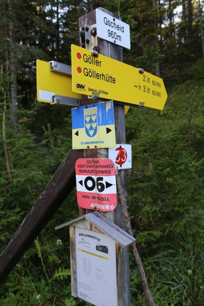 Gemein! Noch eine Stunde vom Gipfel zur Hütte! - Beschilderung, Göller-Runde, Mürzsteger Alpen, Richtungsanzeiger, Schild, Tafel, Wegkreuz, Wegweiser - (Gschaid, Ulreichsberg, Niederösterreich, Österreich)