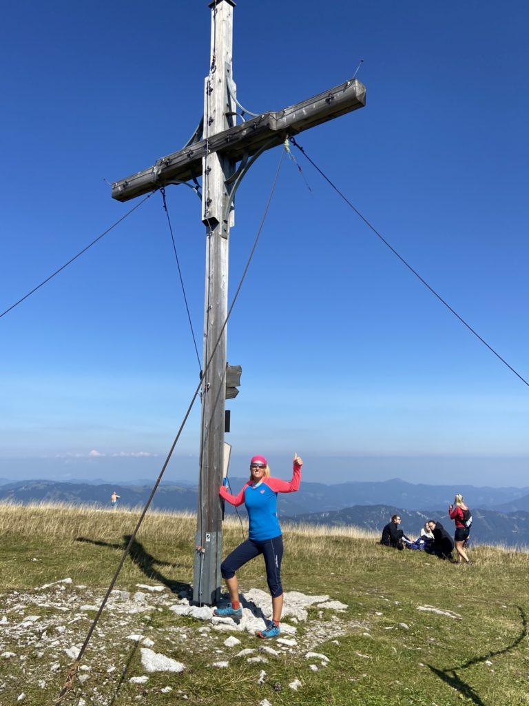 Auf schönen Gipfeln ist man selten alleine - Alpen, Ausblick, Bergkreuz, Gipfel, Gipfelkreuz, Göller-Runde, Himmel, Landschaft, Mürzsteger Alpen, Natur, Panorama, Personen - HOFBAUER-HOFMANN Sofia - (Lahnsattel, Niederösterreich, Österreich)