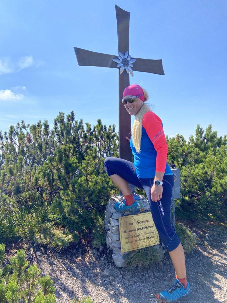 Auch die kleinen Gipfelsiege muss man feiern - Berggipfel, Bergkreuz, Gipfel, Gipfelkreuz, Göller-Runde, Kreuz, Mürzsteger Alpen, Personen, Pose, Positur - HOFBAUER-HOFMANN Sofia - (Lahnsattel, Niederösterreich, Österreich)