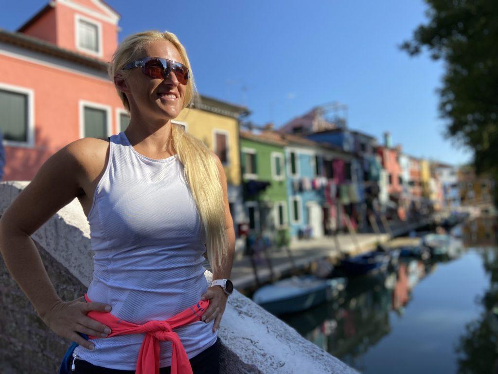 Reisen macht Sofia froh, hier zu sehen in Burano! - BOF2020, Bote, Brücke, Bunt, Burano, Fondamenta Terranova, Gebäude, Italien, Kanal, Personen, Ponte della Vigna, Portrait, Venedig, Wasser - HOFBAUER-HOFMANN Sofia - (Terranova, Veneto, Italien)