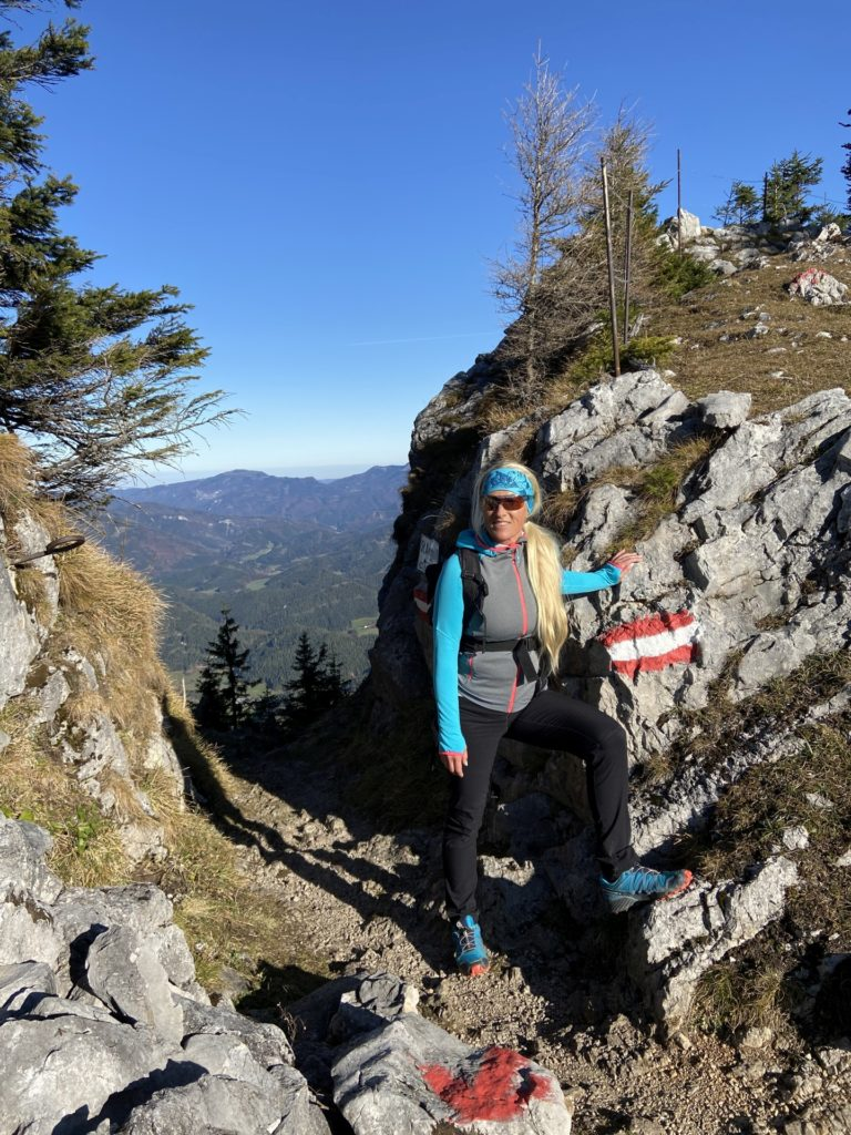 Gippeltörl und Sonnenschein, kann das Leben schöner sein? - Berg, Felsen, Felswand, Gebirge, Gippel, Gippel-Törl, Himmel, Mürzsteger Alpen, Personen, Pfad, Pose, Positur, Treibsteig, Wanderweg, Weg - HOFBAUER-HOFMANN Sofia - (Gschaidl, Kernhof, Niederösterreich, Österreich)