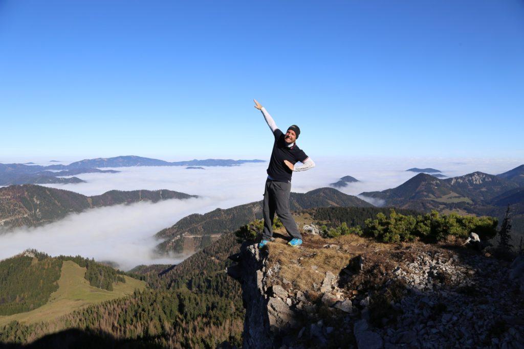 Wenn ich runterfalle, lande ich eh in weichen Wattewolken .. - Alpen, Ausblick, Aussicht, Berge, Fadensteig, Fadenwände, Fernblick, Fernsicht, Herbst, Himmel, Hochschneeberg, Landschaft, Panorama, Personen, Pose, Positur, Schneeberg, SchneebergBlog, Steine, Wattewolken, Wolken, Wolkendecke - WEISSINGER Andreas - (Losenheim, Vois, Niederösterreich, Österreich)