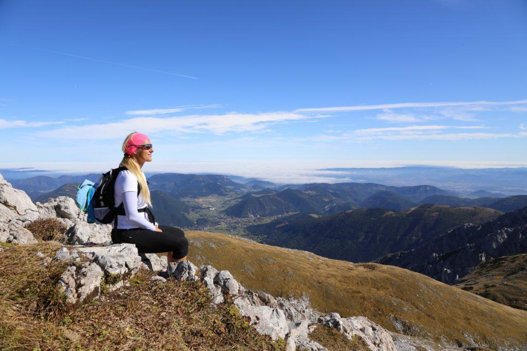 Welchen Gipfel nehmen wir als Nächstes? - Alpen, Ausblick, Aussicht, Berge, Fernblick, Fernsicht, Gemütlichkeit, Herbst, Himmel, Hochplateu, Hochschneeberg, Landschaft, Panorama, Personen, Pose, Positur, Schneeberg, SchneebergBlog, Steine, Wolken - HOFBAUER-HOFMANN Sofia - (Losenheim, Vois, Niederösterreich, Österreich)