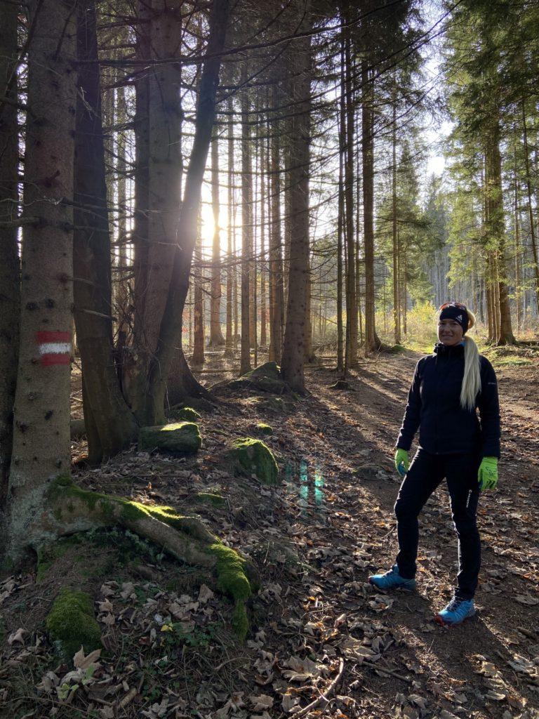 Die Sonne lacht und das Herz dazu! - Bäume, Flora, Laub, Natur, Nebelstein Erlebnis-Wanderweg, Personen, Pflanzen, Pose, Positur, Wald, Wildnis - HOFBAUER-HOFMANN Sofia - (Hirschenwies, Niederösterreich, Österreich)