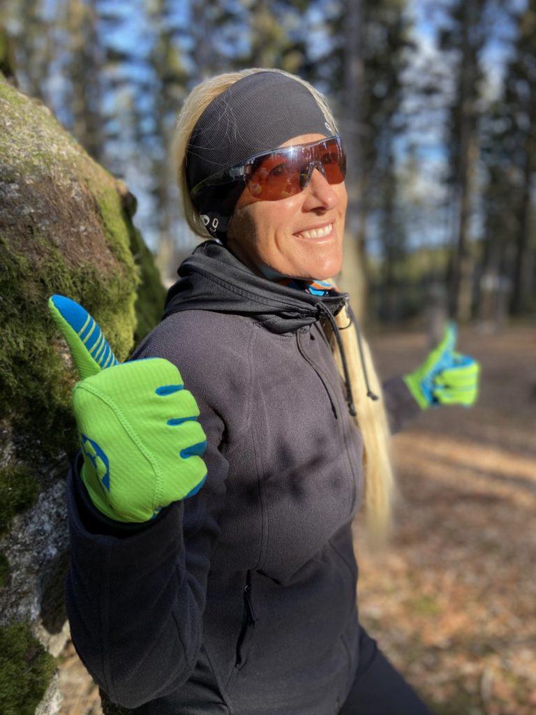 Thumbs Up for Nebelstein-Stonehenge - Lächeln, Nebelstein Erlebnis-Wanderweg, Personen, Portrait, Pose, Positur, Steinplatz - HOFBAUER-HOFMANN Sofia - (Hirschenwies, Niederösterreich, Österreich)