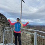 Gipfelkreuz - Gott erheuts! - Ausblick, Aussicht, Aussichtsplattform, Aussichtspunkt, Gipfel, Gipfelkreuz, Himmel, Kreuz, Nebelstein, Nebelstein Erlebnis-Wanderweg, Personen, Pose, Positur, Wolken, Wolkendecke - HOFBAUER-HOFMANN Sofia - (Himmelreich, Maißen, Niederösterreich, Österreich)