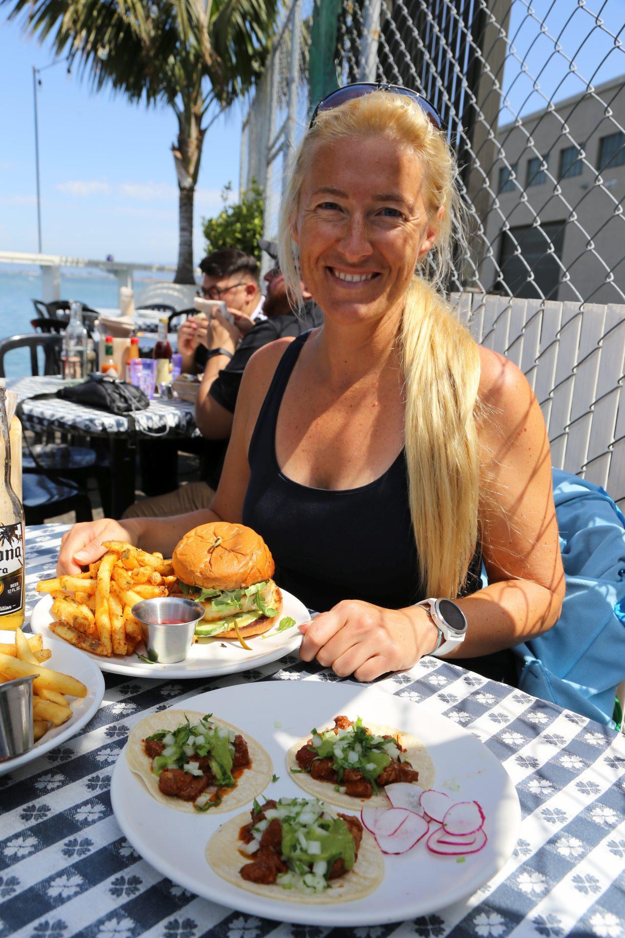 Mittagessen im Pier 23 Resaurant & Bar - Blondine, Burger, Essen, Himmel, Kalifornien, Nahrung, Personen, Portrait, Porträt, San Francisco, Tortilla - HOFBAUER-HOFMANN Sofia - (Telegraph Hill, San Francisco, California, Vereinigte Staaten)