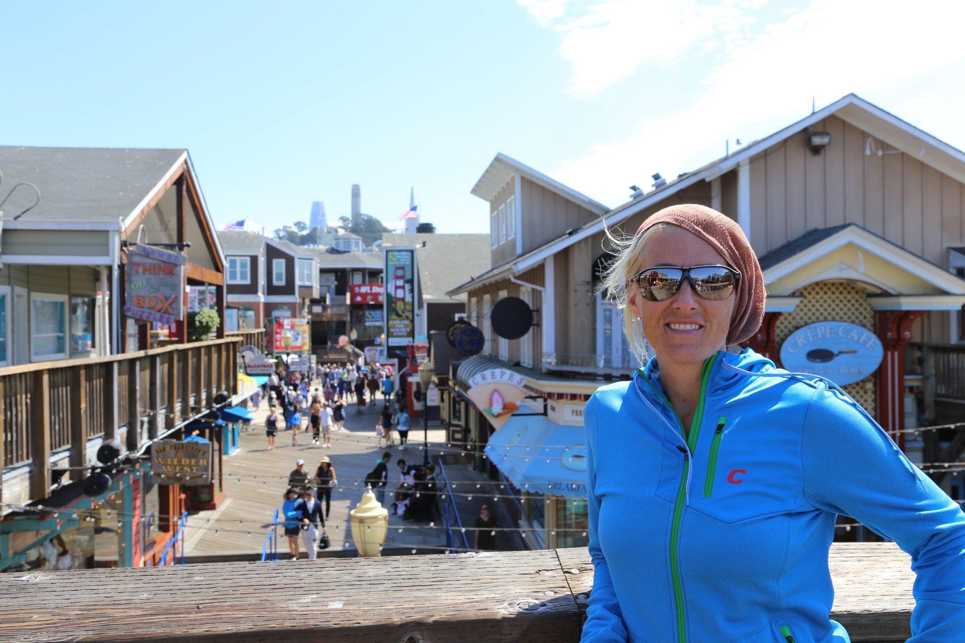 Am Pier 39 lacht das Herz und die Sofia! - Blondine, Coit Tower, Gebäude, Himmel, Kalifornien, malerisch, Personen, Pier 39, Portrait, Porträt, traumhaft, Wolken - HOFBAUER-HOFMANN Sofia - (North Beach, San Francisco, California, Vereinigte Staaten)