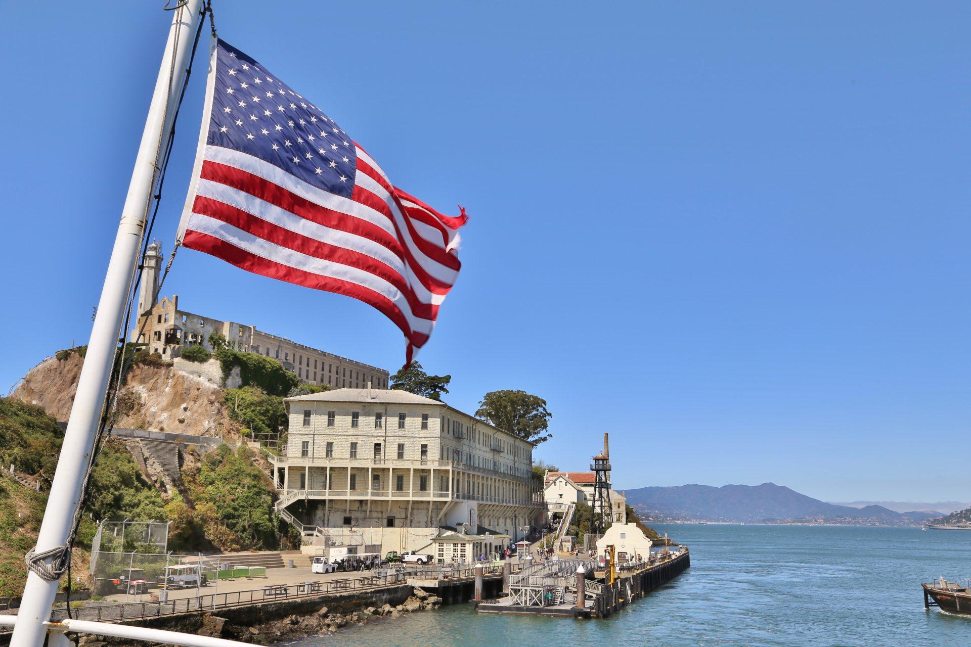 Alcatraz - The American Way of Prison - Alcatraz, Amerikanische Fahne, Bau, Fahne, Flagge, Gebäude, Gefängnis, Gefängnisinsel, Häfen, Haftanstalt, Himmel, Justizvollzugsanstalt, JVA, Kalifornien, Meer, San Francisco, Strafanstalt, Wasser - (Alcatraz, San Francisco, California, Vereinigte Staaten)