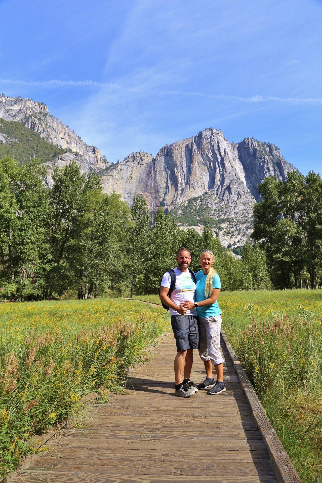 Yosemite Falls von Sentinel Meadow aus - Aussicht, Bäume, Berge, Blondine, Fernsicht, Himmel, Holzweg, Kalifornien, Landschaft, malerisch, Natur, Panorama, Personen, Pfad, Portrait, Porträt, Sentinel Meadow, Steg, traumhaft, Wasserfall, Weg, Wiese, Wolken, Yosemite Falls, Yosemite National Park - HOFBAUER-HOFMANN Sofia, WEISSINGER Andreas - (Yosemite Village, Yosemite National Park, California, Vereinigte Staaten)