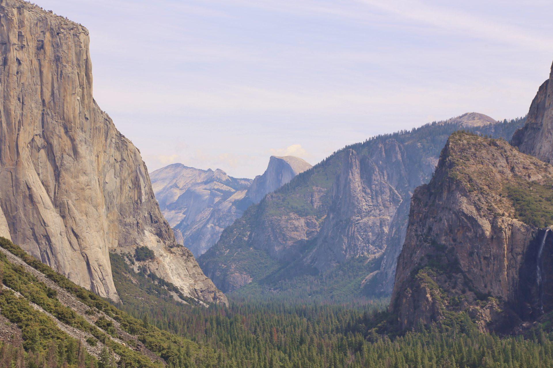 Beim Tunnel View bist nicht allein, ich sag das gleich im vorherein. - Aussicht, Bäume, Berge, Bridalveil Falls, Cathedral Rocks, El Capitan, Felswände, Fernsicht, Gipfel, Half Dome, Himmel, Kalifornien, Landschaft, Natur, Panorama, Taft Point, Tunnel View, Wälder, Wasserfall, Wolken, Yosemite National Park - (Foresta, Yosemite National Park, California, Vereinigte Staaten)