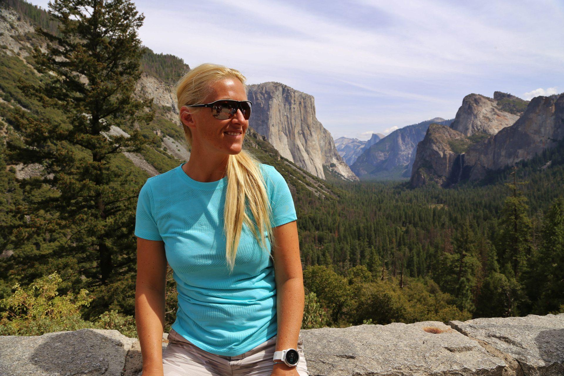Gute Aussichten um Sofia abzulichten. Tunnel View - Aussicht, Bäume, Berge, Blondine, Bridalveil Falls, Cathedral Rocks, El Capitan, Felswände, Fernsicht, Gipfel, Himmel, Kalifornien, Landschaft, malerisch, Natur, Panorama, Personen, Portrait, Porträt, Sentinel Dome, traumhaft, Tunnel View, Wolken, Yosemite National Park - HOFBAUER-HOFMANN Sofia - (Foresta, Yosemite National Park, California, Vereinigte Staaten)