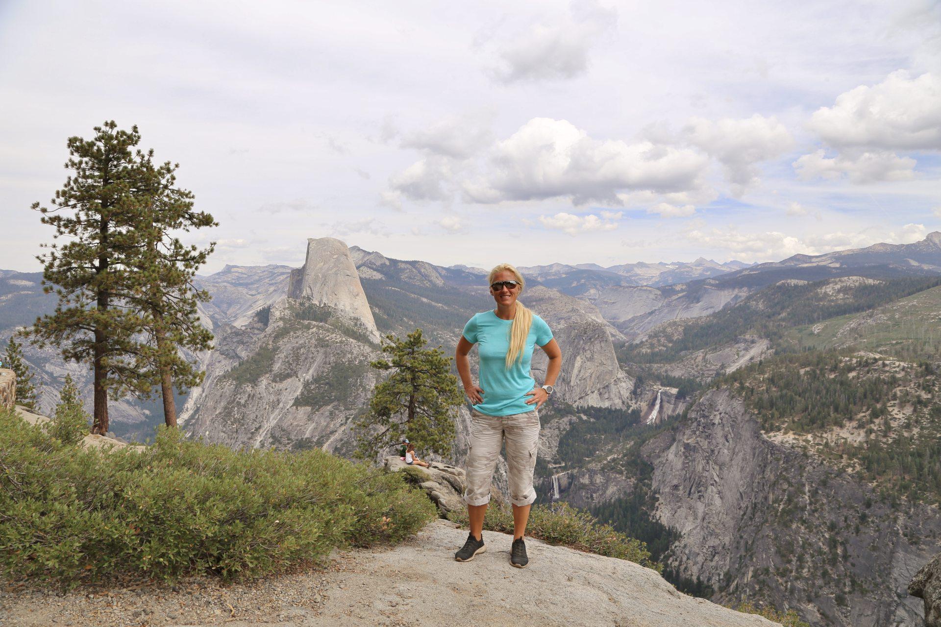 Washburn Point - Ausblick, Aussicht, Bäume, Blondine, Fernsicht, Himmel, Kalifornien, Landschaft, malerisch, Natur, Nevada Fall, Panorama, Personen, Portrait, Porträt, Sträucher, traumhaft, Vernal Falls, Washburn Point, Wasserfälle, Wolken - HOFBAUER-HOFMANN Sofia - (Curry Village, Yosemite National Park, California, Vereinigte Staaten)