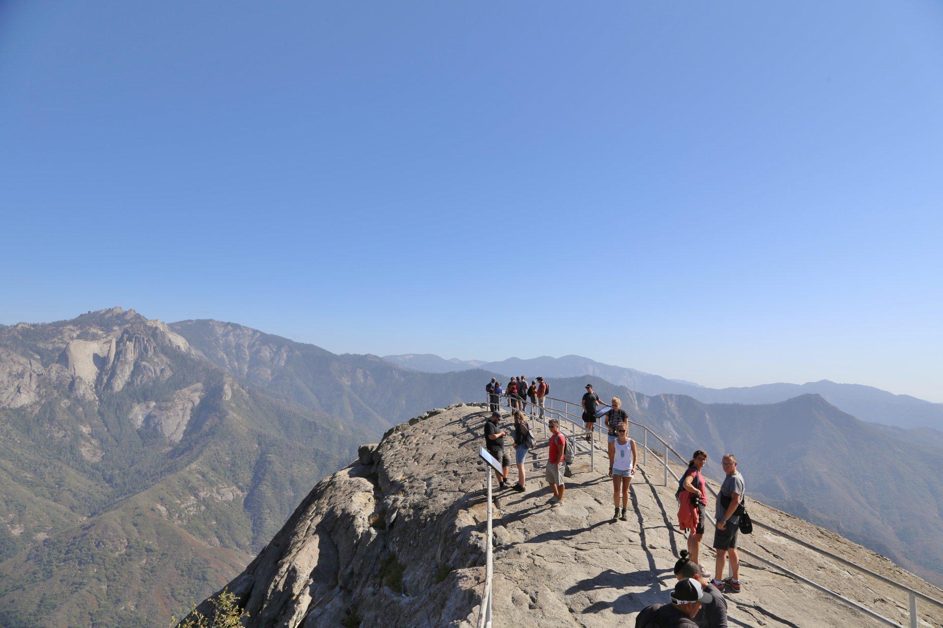 Moro Rock drauf hab ich Bock! - Ausblick, Aussicht, Berge, Fernblick, Fernsicht, Gipfel, Himmel, Kalifornien, Landschaft, Natur, Panorama, Sequoia National Park - (Pinewood, Sequoia National Park, California, Vereinigte Staaten)