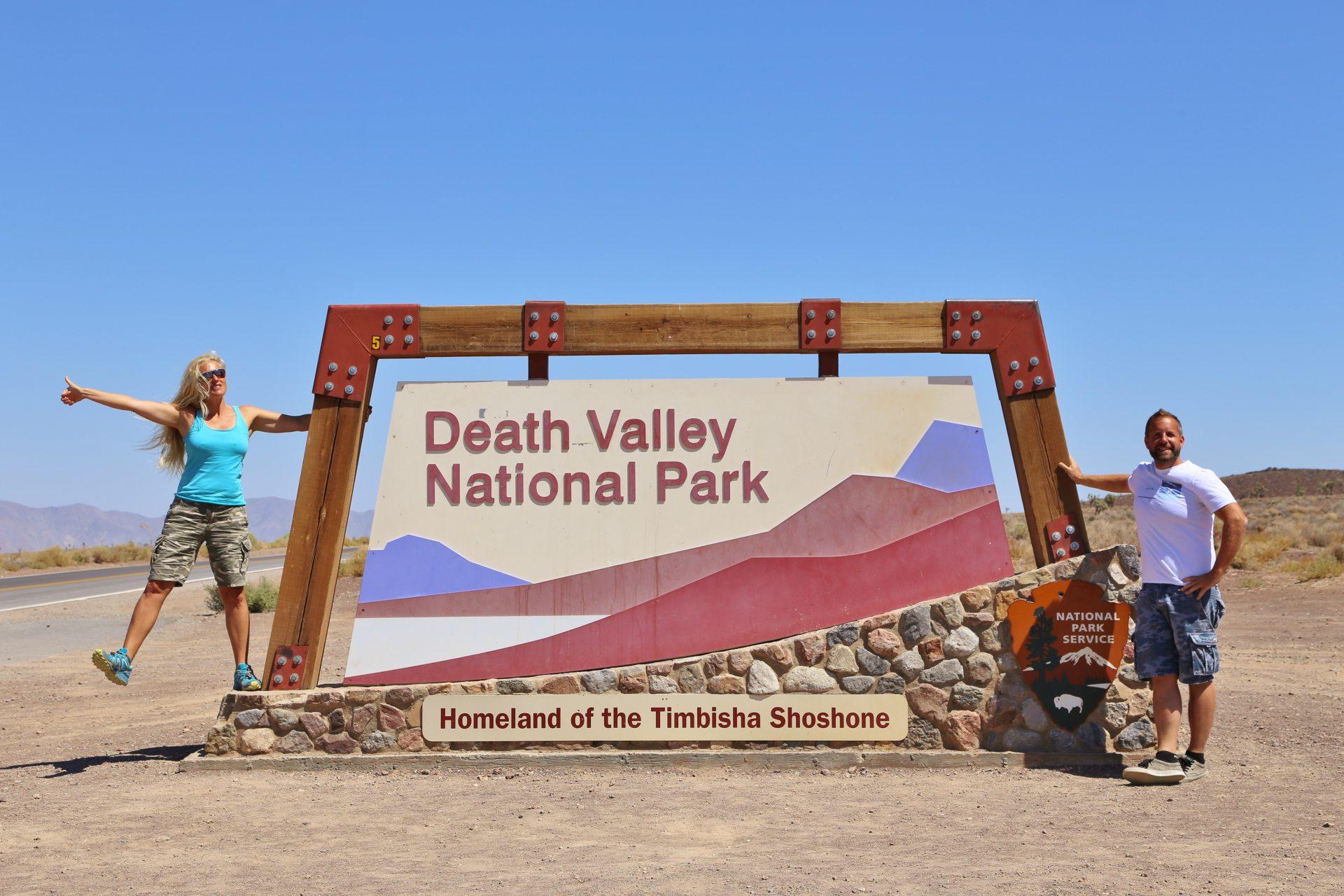Death Valley - jetzt wirds richtig heiß! - Beschilderung, Blondine, Death Valley National Park, Einfahrt, Einfahrtsschild, Himmel, Kalifornien, Personen, Portrait, Porträt, Schild, Tafel, Welcome-Schild - HOFBAUER-HOFMANN Sofia, WEISSINGER Andreas - (Lane Mill (historical), Darwin, California, Vereinigte Staaten)