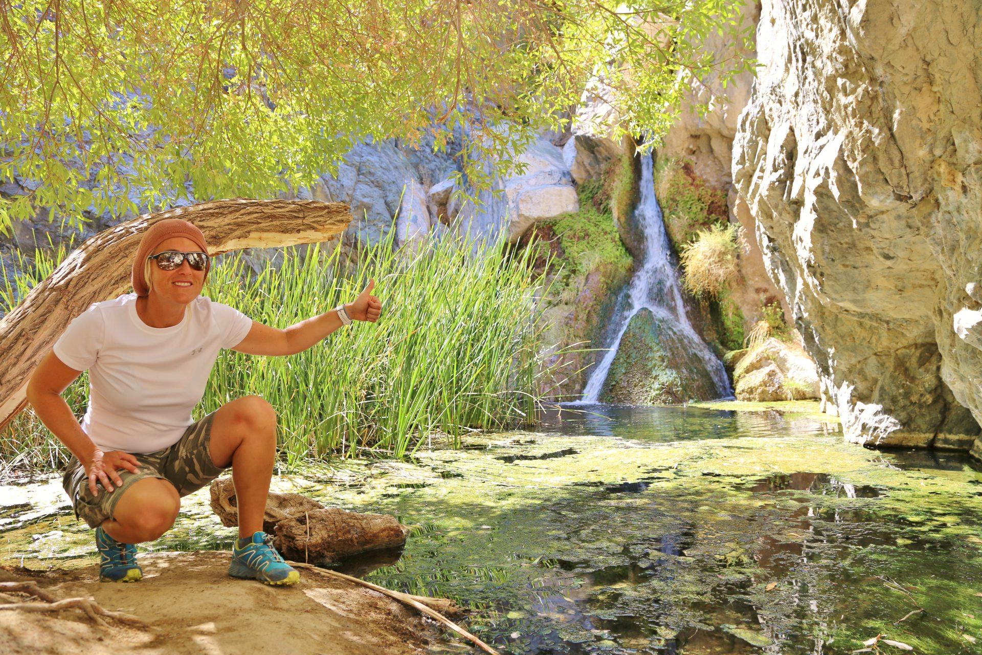 Darwin Falls - da kniest dich nieder! - Algen, Blondine, Darwin Falls, Death Valley National Park, Felswand, Gestein, Gräser, Kalifornien, malerisch, Oase, Personen, Portrait, Porträt, traumhaft, Wasser, Wasserfall - HOFBAUER-HOFMANN Sofia - (Panamint Springs, Darwin, California, Vereinigte Staaten)