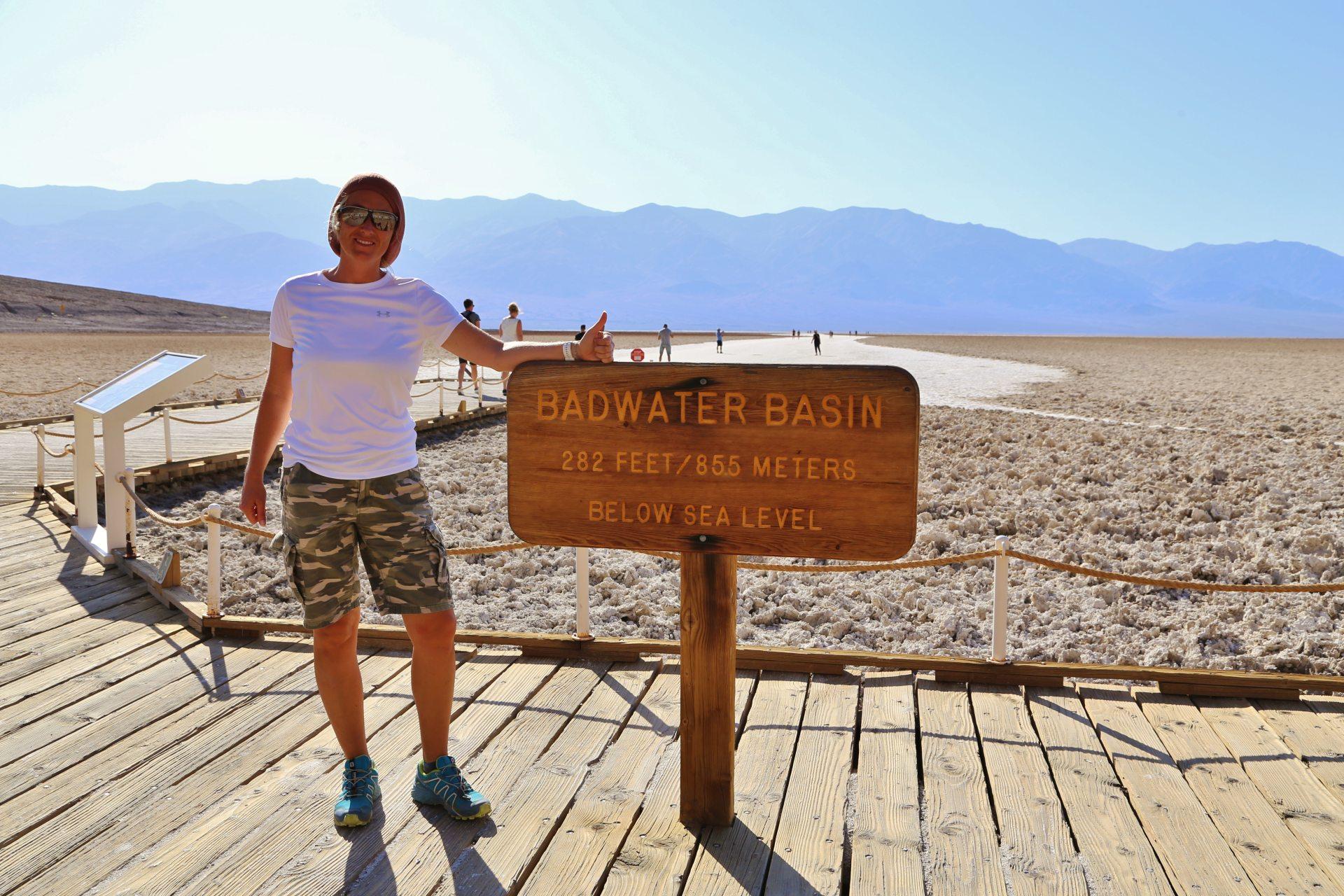 Bitte Lächeln, während 44 Grad heiße Föhnluft ins Gesicht bläst! - Badwater, Blondine, Death Valley National Park, Himmel, Kalifornien, malerisch, Mojave-Wüste, Personen, Portrait, Porträt, traumhaft, Wüste - HOFBAUER-HOFMANN Sofia - (Badwater, Death Valley, Kalifornien, Vereinigte Staaten)