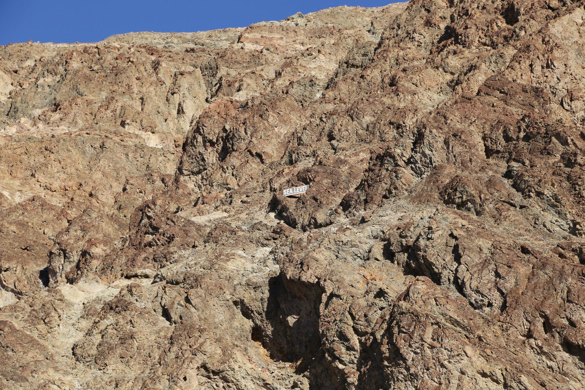 Badwater ist der tiefste Punkt der USA - Death Valley National Park, Erosion, Felsen, Gestein, Kalifornien, Mojave-Wüste, Sandstein, Wolken, Wüste - (Badwater, Death Valley, Kalifornien, Vereinigte Staaten)
