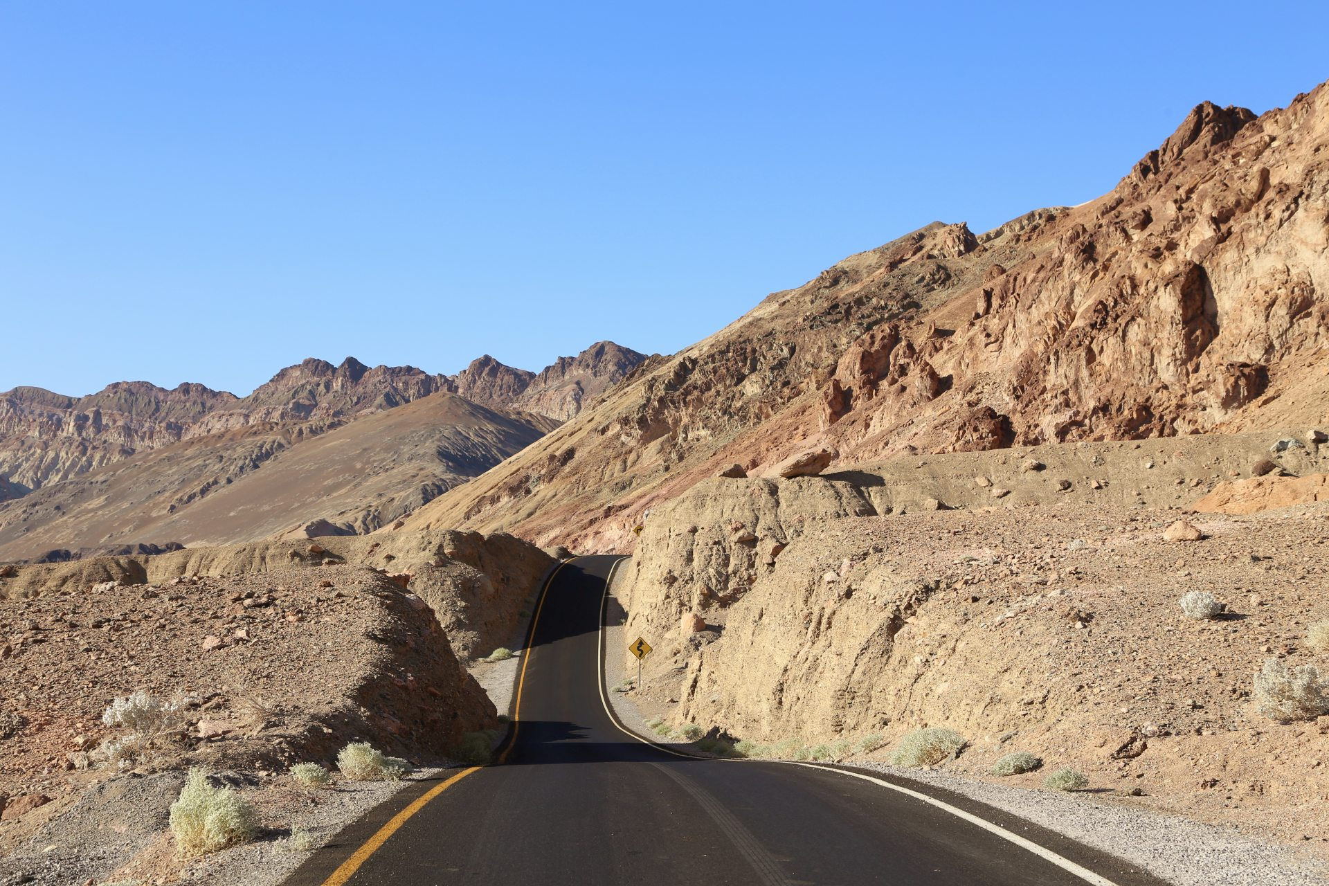 Artists Drive - Artists Palette - Artists Drive, Artists Palette, Death Valley National Park, Erosion, Felsen, Gestein, Himmel, Kalifornien, Landschaft, Mojave-Wüste, Sandstein, Strasse, Weg, Wüste - (Ryan, Death Valley, California, Vereinigte Staaten)