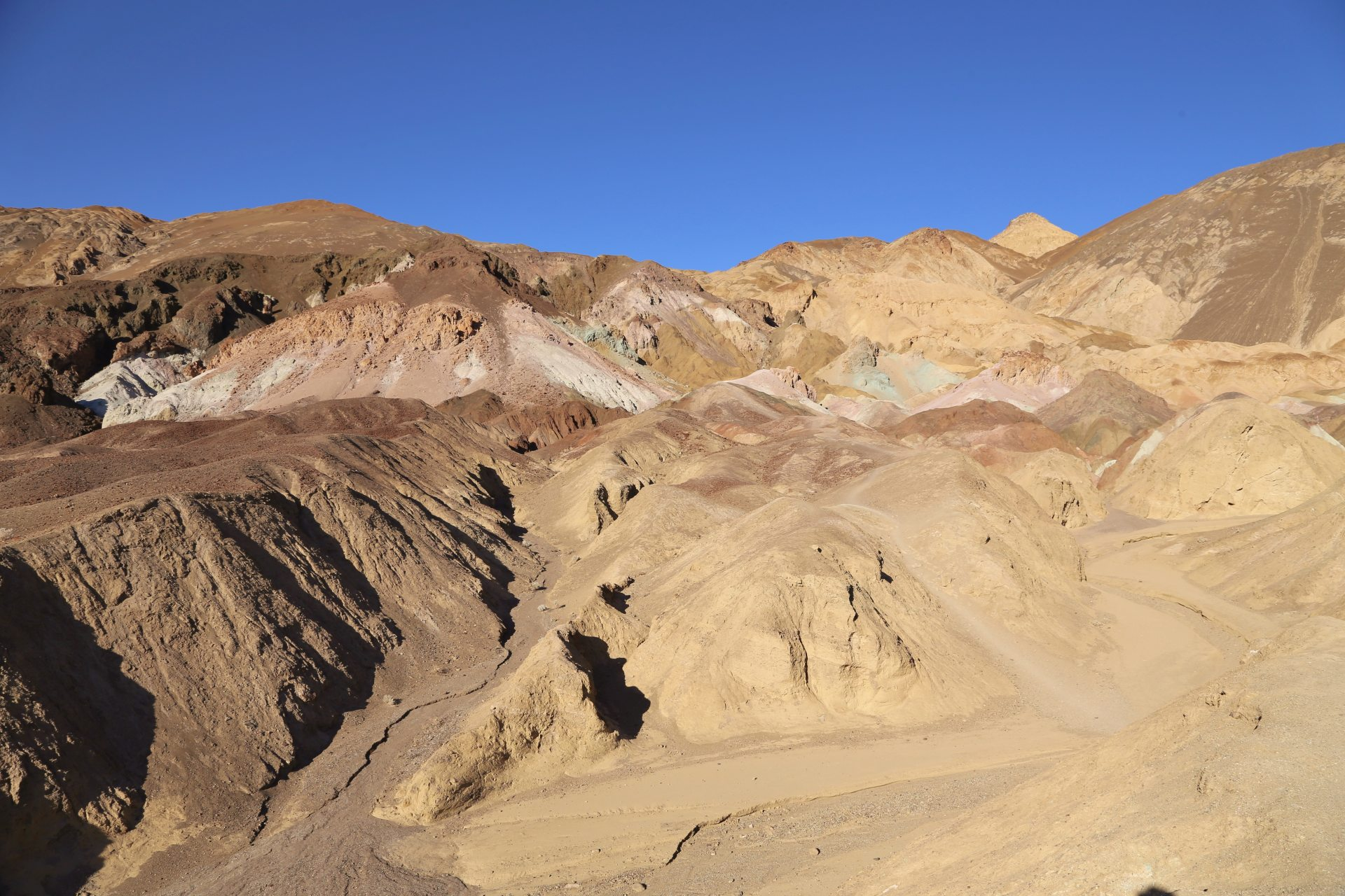 Artists Drive - Fahren ist bei so viel Schauen hier eine Kunst! - Artists Drive, Artists Palette, Death Valley National Park, Erosion, Gestein, Himmel, Kalifornien, Landschaft, Mojave-Wüste, Sandstein, Wüste - (Furnace Creek, Death Valley, California, Vereinigte Staaten)