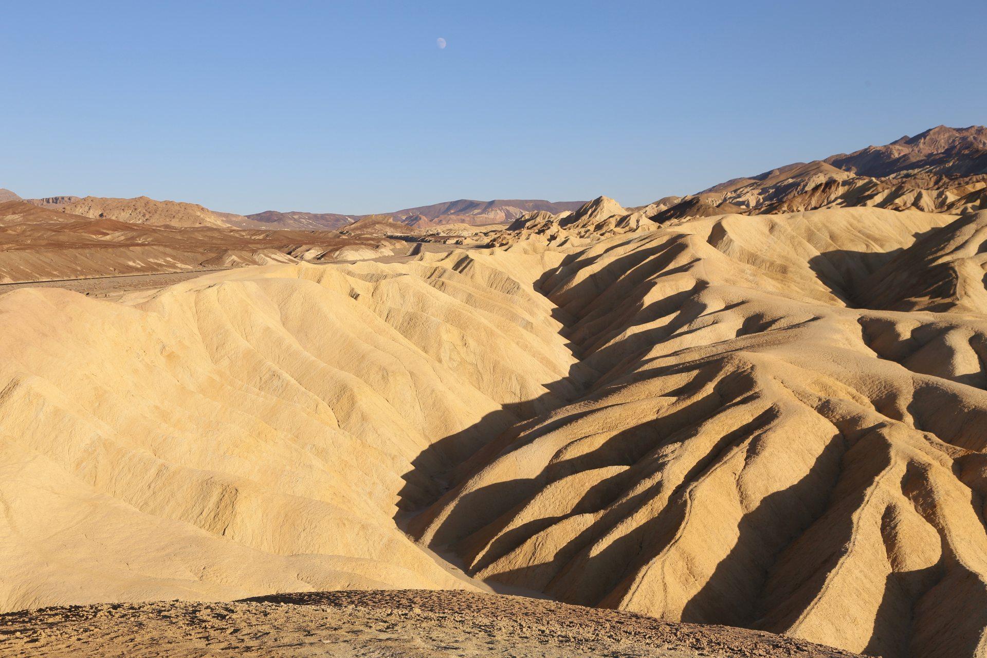 Zabriskie Point - eine Landschaft zum Verweilen - Death Valley National Park, Erosion, Gebirgszug, Gestein, Himmel, Kalifornien, Landschaft, Mojave-Wüste, Sandstein, Wüste, Zabriskie Point - (Furnace Creek, Death Valley, California, Vereinigte Staaten)