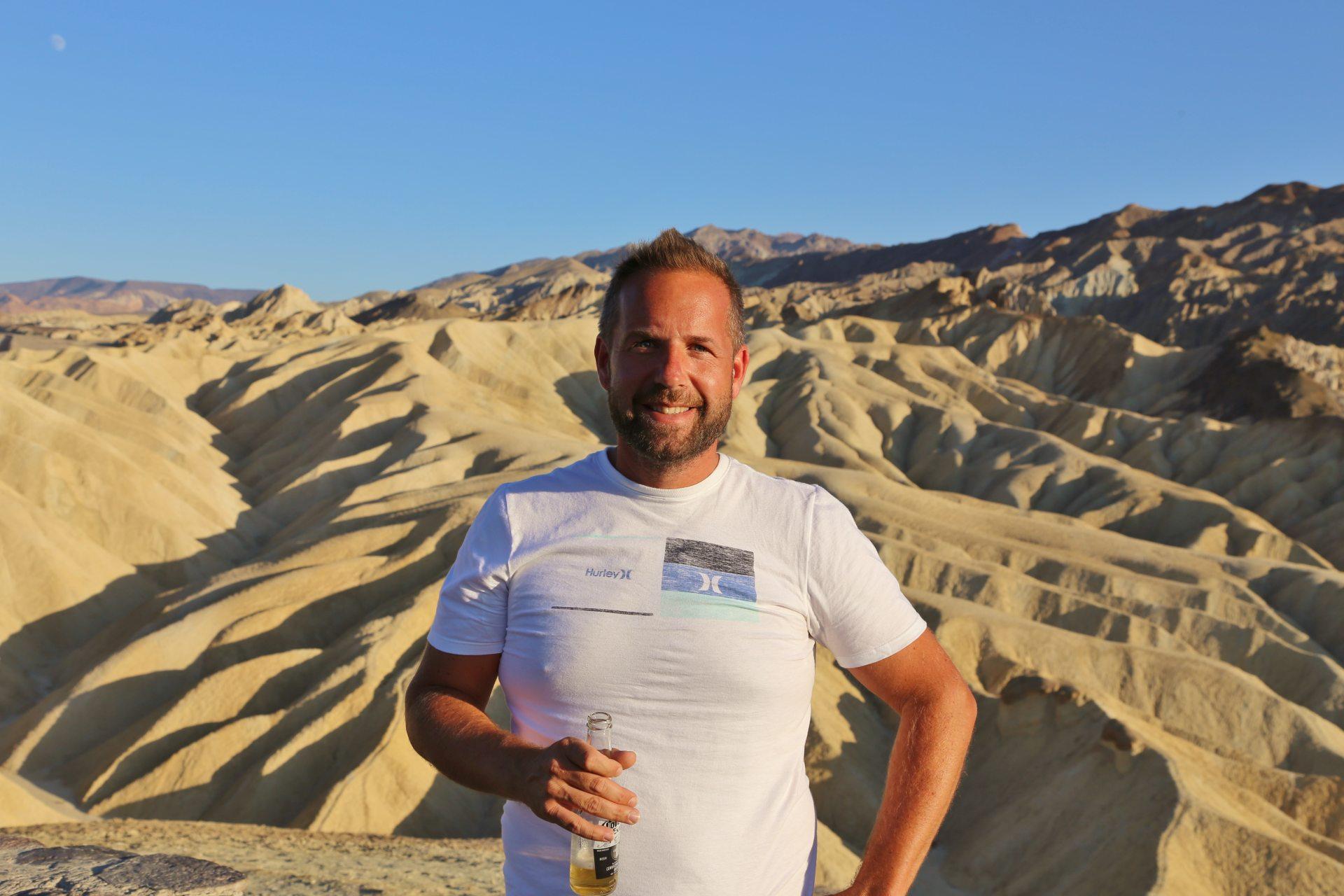 2019 trank man noch vorbehaltlos ein Corona! - Death Valley National Park, Erosion, Gebirgszug, Gestein, Himmel, Kalifornien, Landschaft, Mojave-Wüste, Personen, Portrait, Porträt, Sandstein, Wüste, Zabriskie Point - WEISSINGER Andreas - (Furnace Creek, Death Valley, California, Vereinigte Staaten)