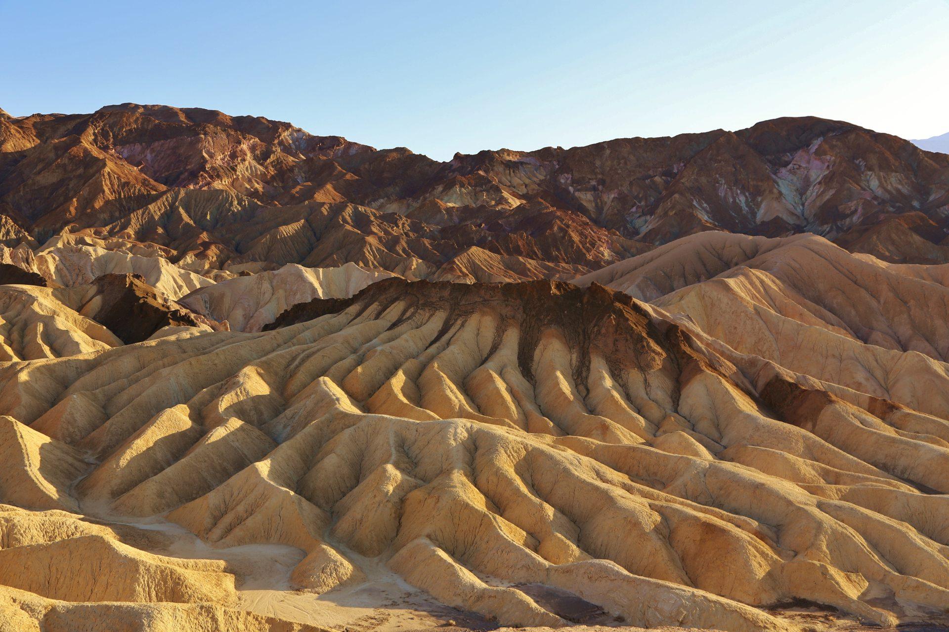 Hier kann man einem Dinosaurier auf die Zehen steigen! - Death Valley National Park, Erosion, Felsen, Gebirgszug, Gestein, Himmel, Kalifornien, Landschaft, malerisch, Mojave-Wüste, Sandstein, traumhaft, Wüste, Zabriskie Point - (Furnace Creek, Death Valley, California, Vereinigte Staaten)
